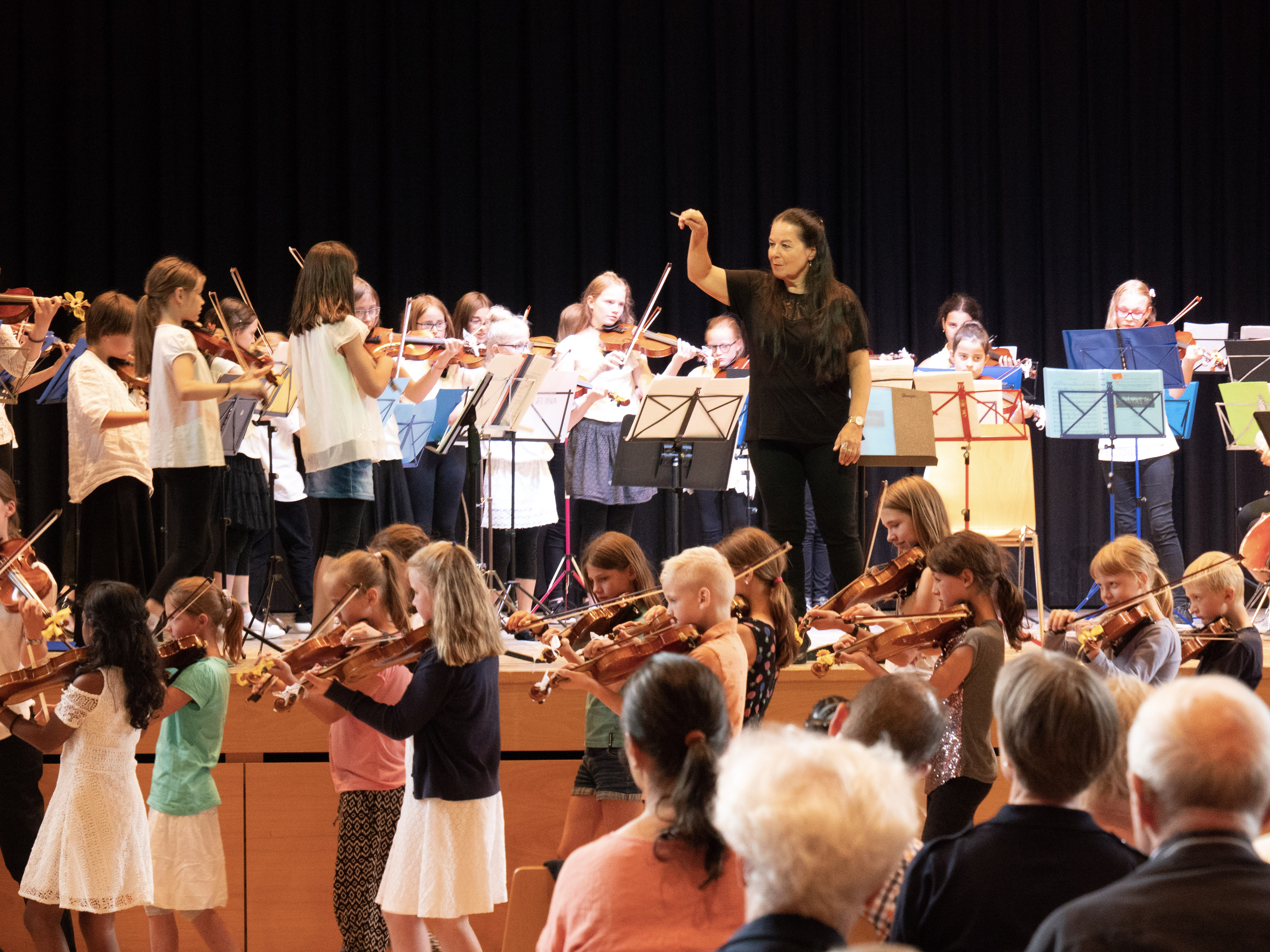 Verena Zeller mit Kinderorchester Rüti 1 und 2