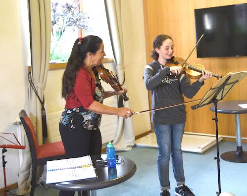 Verena Zeller beim unterrichten, Geigenlehrerin